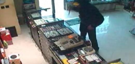 VIDEO: HRABRI PRODAVAČ - Razbojnik uletio u zlatarnicu s nožem - pogledajte što se dogodilo