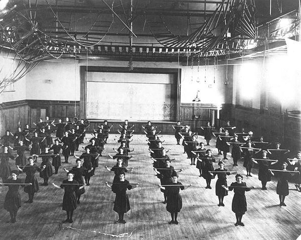 U zgradi Hrvatskoga sokola u Zagrebu djevojke su marno vježbale