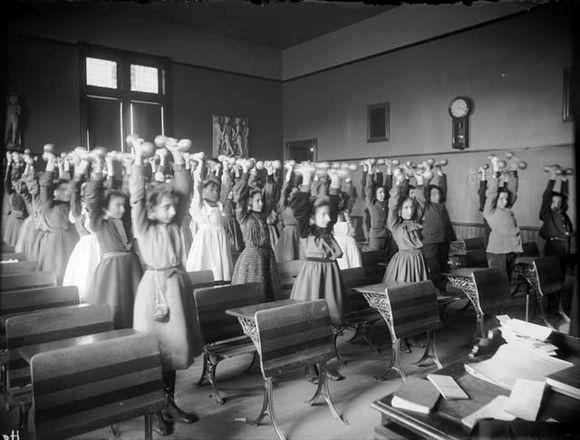 Ukoliko škola nije imala 'gombaonu', djeca su vježbala u učionicama