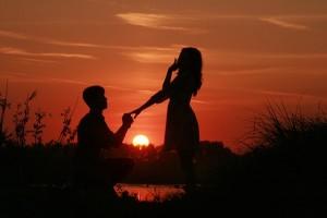mladić i djevojka, dvoje, ljubav, zalazak sunca