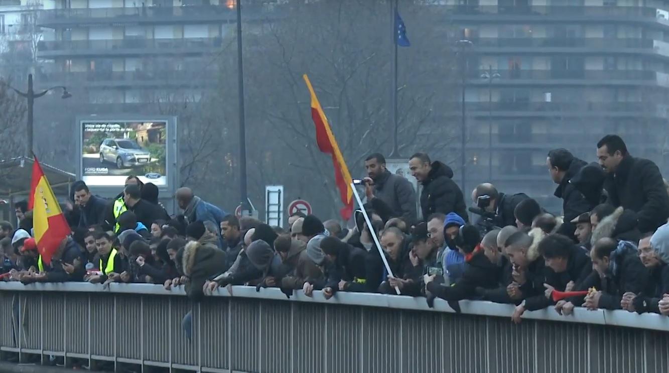 VIDEO: PROTESTI I UHIĆENJA – Blokada prometnica i zapaljene gume na ulicama Pariza 1