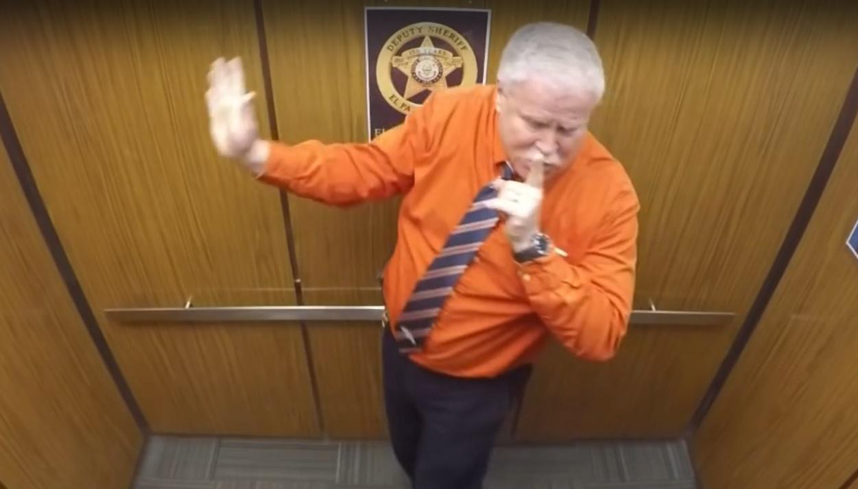 VIDEO: OPROŠTAJ ŠERIFA – Pogledajte što je priredio kolegama u dizalu