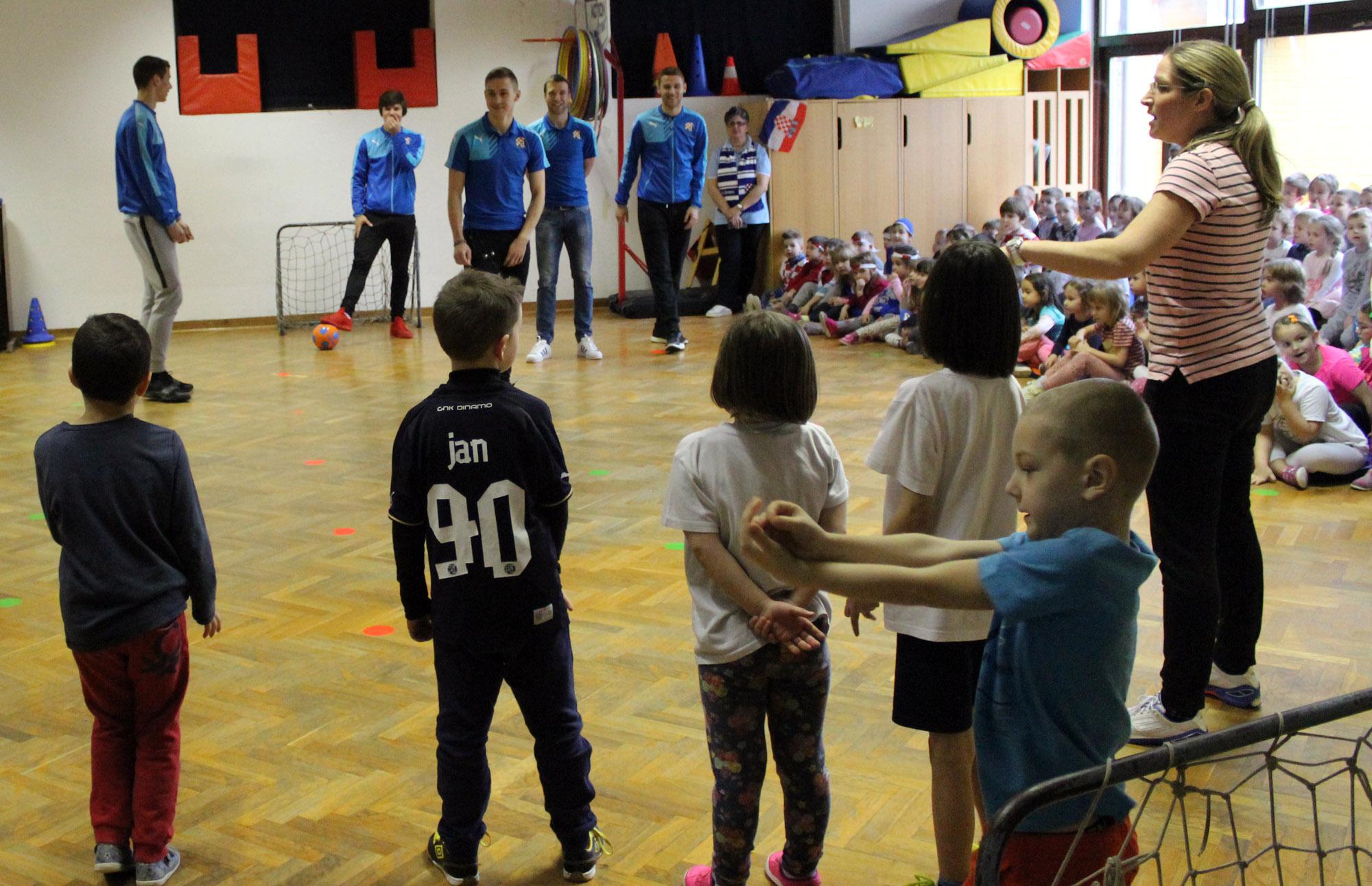 VIDEO: LOŠA UVERTIRA ZA DERBI - Dinamovci posjetili dječji vrtić i izgubili od klinaca