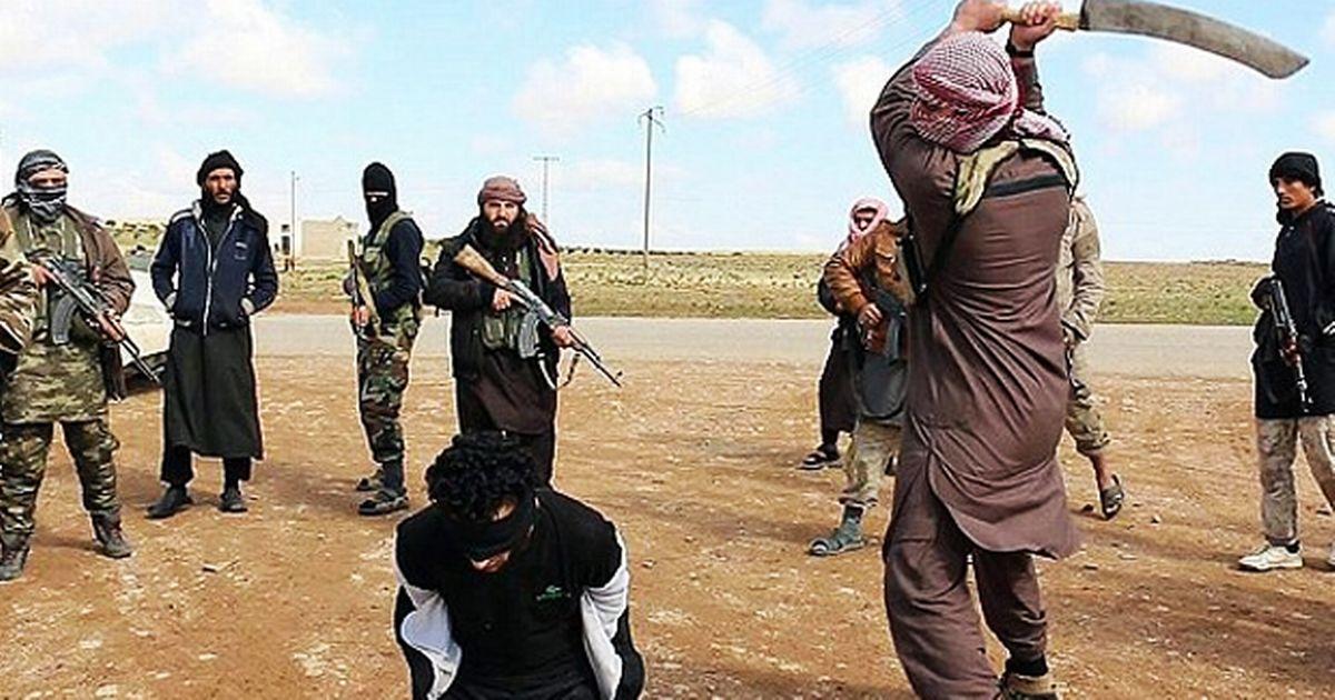 VIDEO: UZNEMIRUJUĆE - Pogledajte kakvom sabljom ubija divlja horda ISIS-a