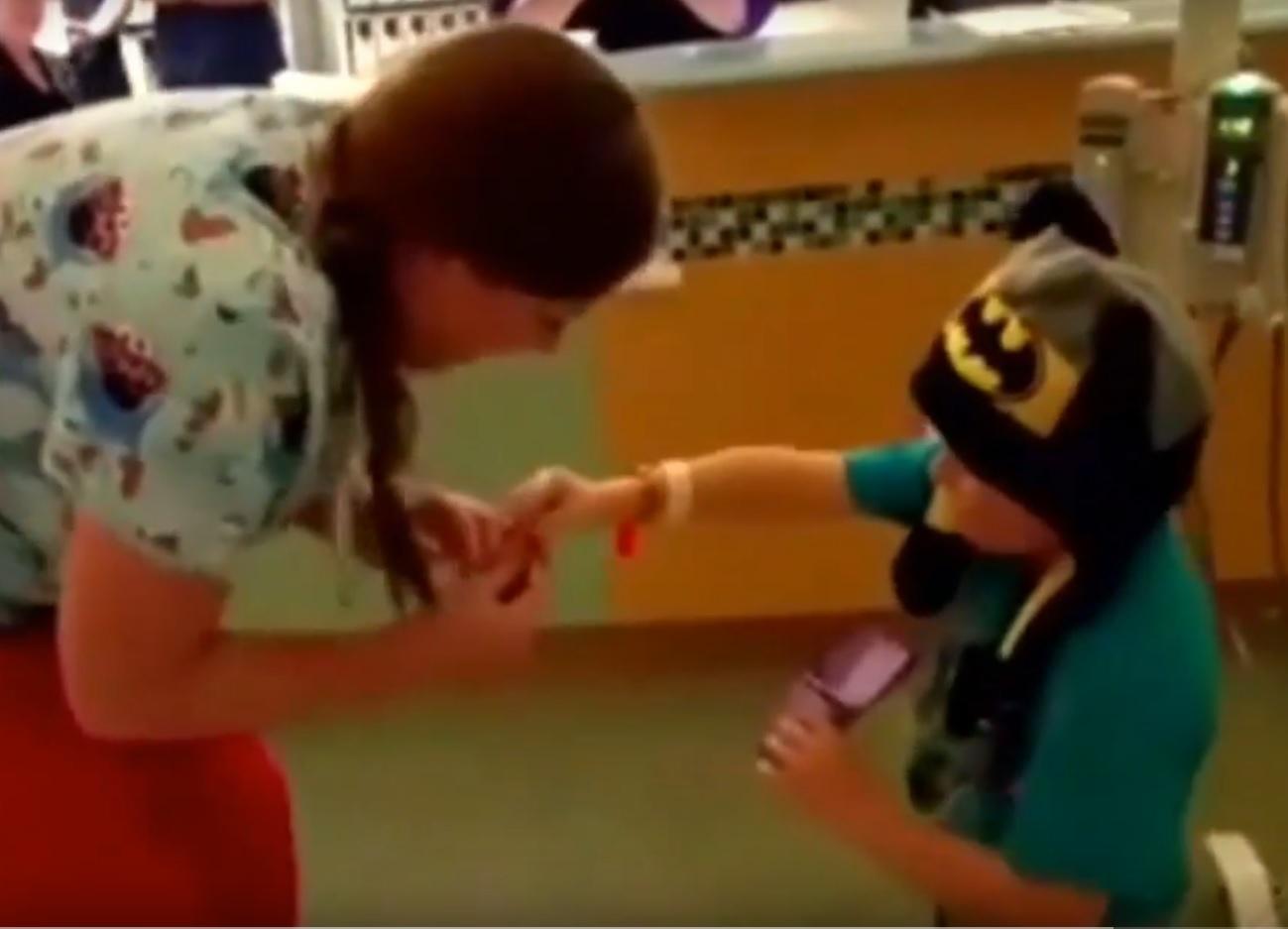 VIDEO: DJEČAK SE ZALJUBIO - Petogodišnjak zaprosio medicinsku sestru 2