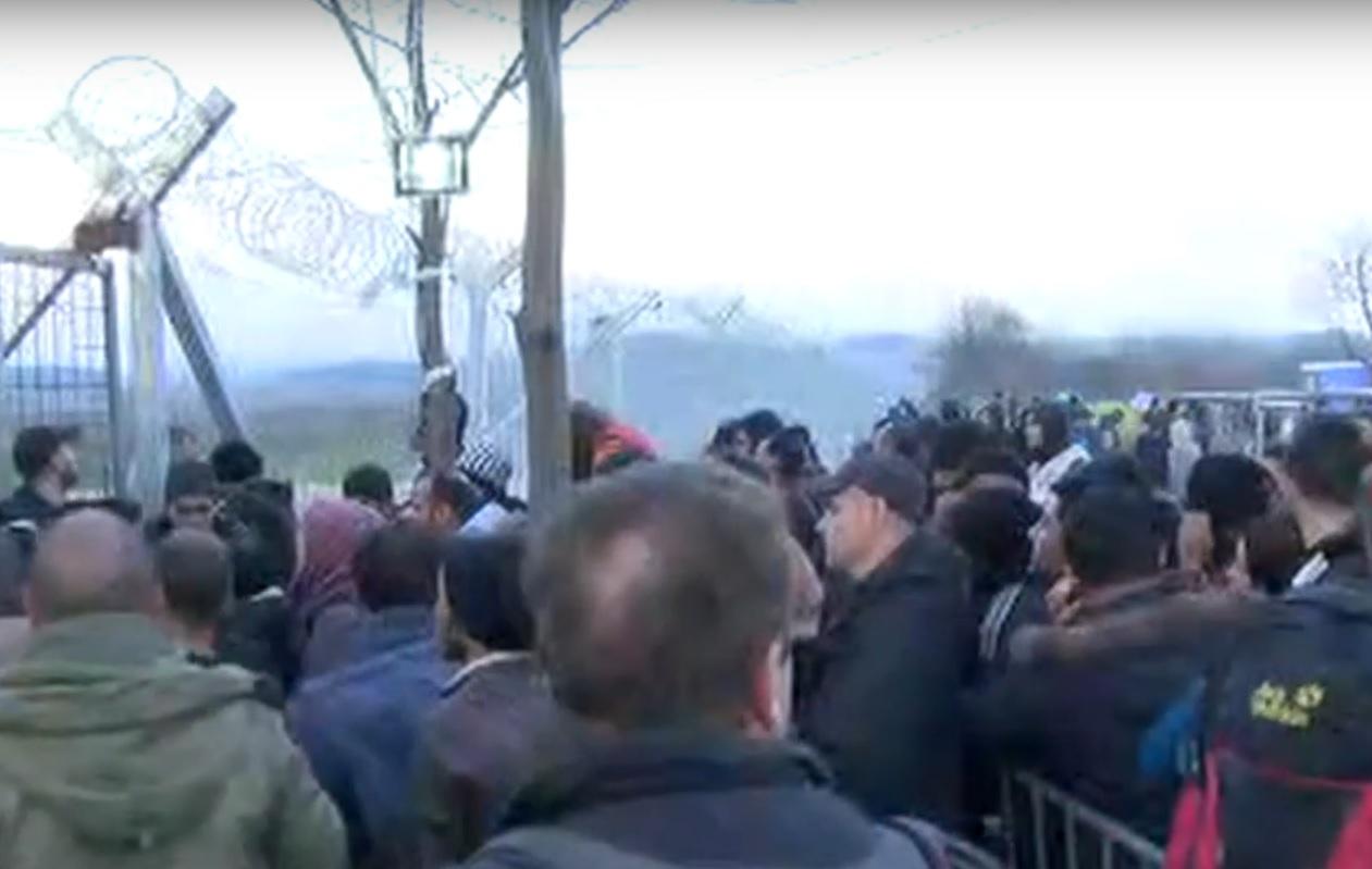 VIDEO: DRAMA - Na granici 25.000 migranata - probili ogradu a policija koristi suzavac