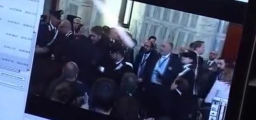 """VIDEO: PROTEST NA PRESSICI - Talijanska novinarka Johnu Kerryju: """"Vi ste stvorili Islamsku državu!"""""""