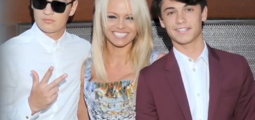 NE VODI IH PO CRVENOM TEPIHU: Pamela Anderson - Željela sam da moji sinovi budu skromni i da uče 1