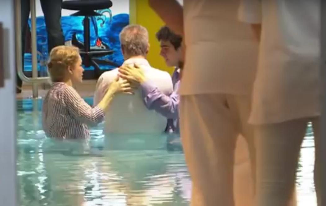 VIDEO: MASOVNO POKRŠTAVANJE - Zašto izbjeglice prelaze na kršćansku vjeru na njemačkim bazenima