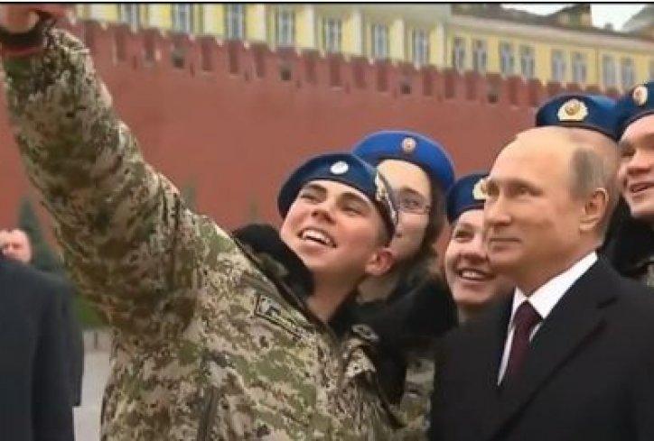 """VIDEO: PREDSJEDNIK S VOJNICIMA - Pogledajte kako je reagirao Putin kad su ga zamolili za """"selfie"""""""
