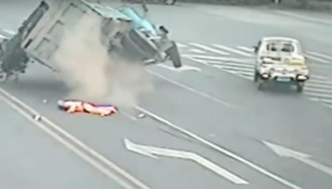 VIDEO: GLEDAO SMRTI U OČI - Nasred ulice pokupio ga kamion u punoj brzini