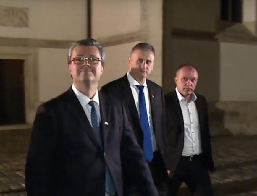 TRAKAVICA O RAVNATELJU SOA-E TRAJE: Bura sa svih strana - premijer i dalje šuti bez odluke 2