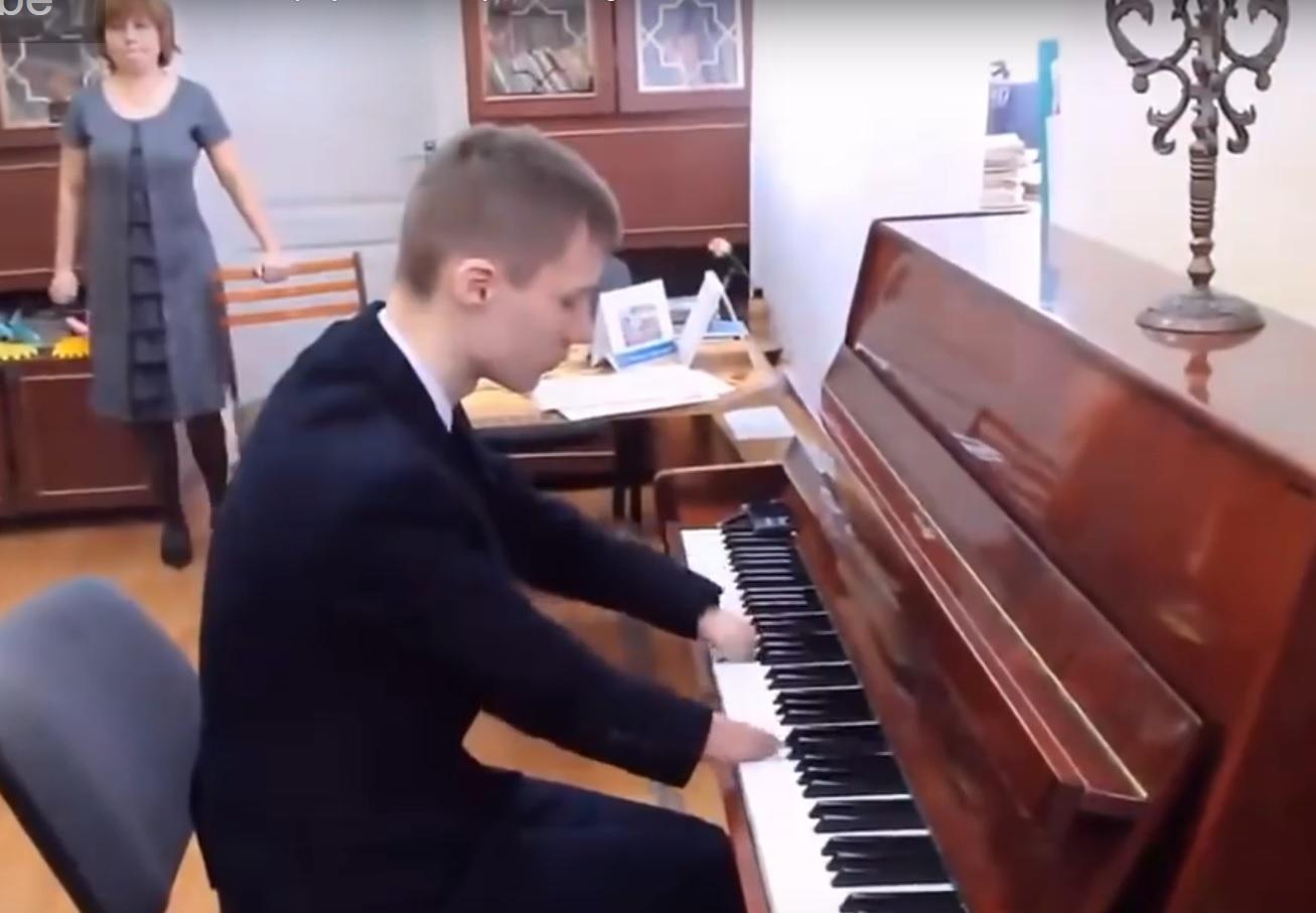 VIDEO: USVOJILI GA A ON IM ZAHVALIO - Rođen bez prstiju, ali je majstor za glasovirom