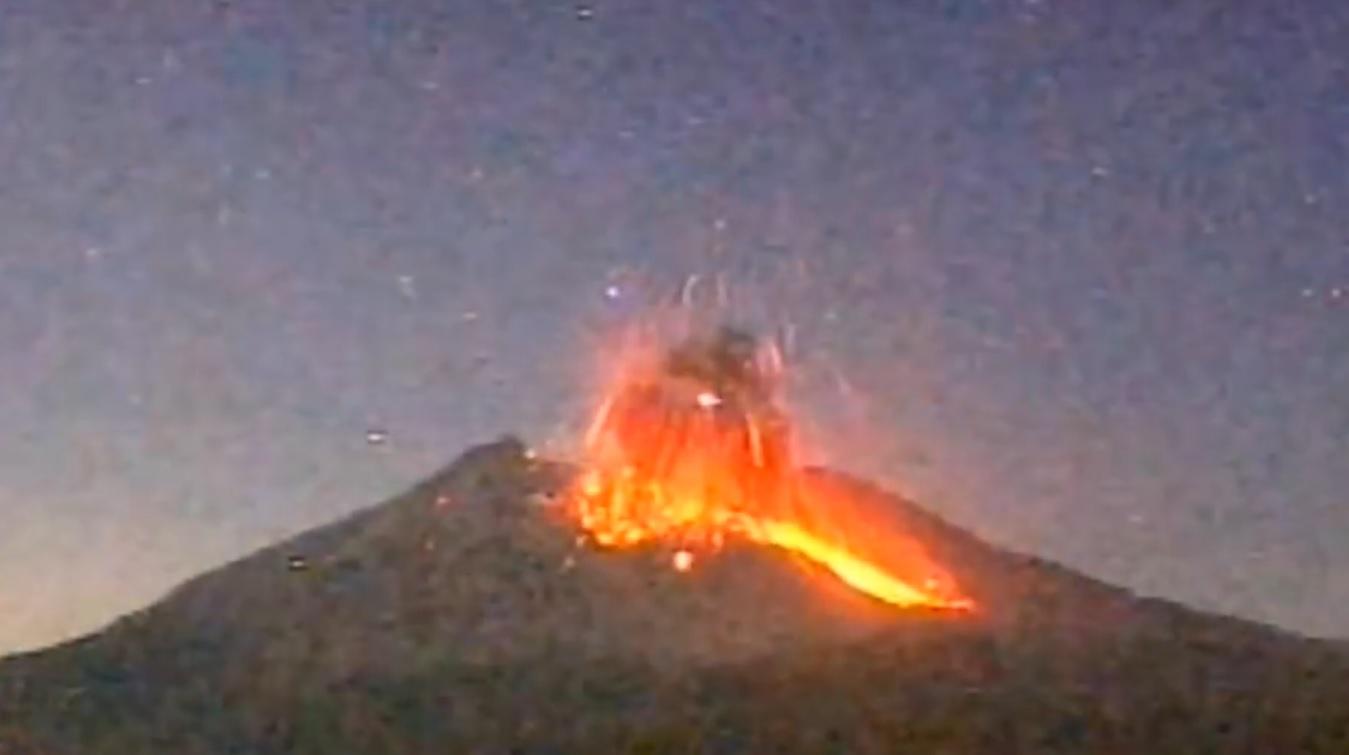 DRAMATIČNA ERUPCIJA: Ognjene žarke iskre, pa plamen i dim iz jednog od stotinu vulkana 1