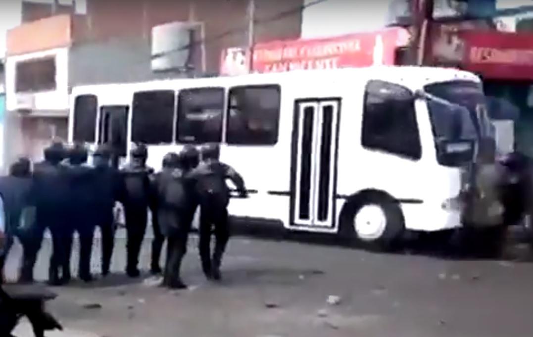 UZNEMIRUJUĆI VIDEO: STRAVA NA PROSVJEDU - Manijak posijao smrt autobusom 1