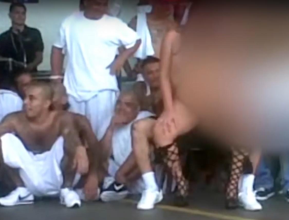 VIDEO: URNEBES U ZATVORU - Kako su članovi raznih bandi prošvercali striptizete