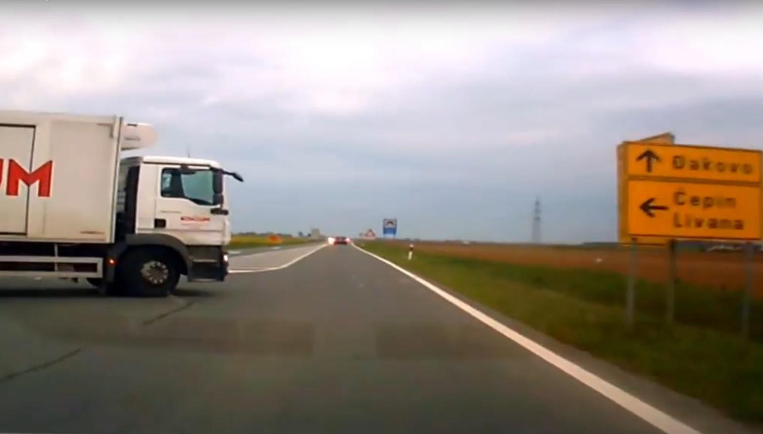 VIDEO: OPĆA OPASNOST - Pogledajte što je napravio vozač kamiona