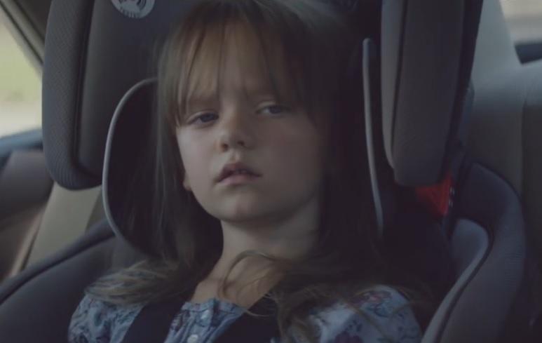VIDEO: OPASNI MOBITELI - Jedna je majka podizala fotku svoje kćeri - dvije sekunde potom bila je mrtva
