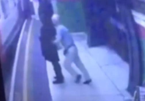 VIDEO: TO JE MRŽNJA - Kad je na njoj vidio hidžab gurnuo je ženu pod vlak