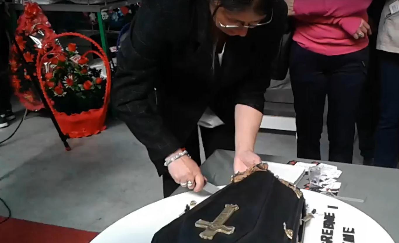 VIDEO: NEVJEROJATNO - Torta u obliku mrtvačkog sanduka na sajmu pogrebne opreme