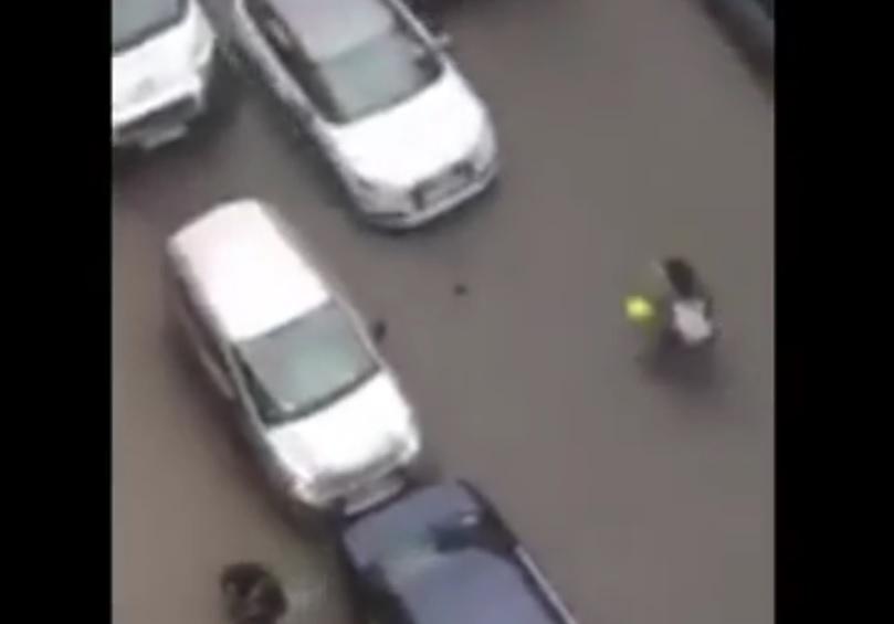 UZNEMIRUJUĆI VIDEO: STRAVA - Namjerno pregazio ženu zato što je muslimanka