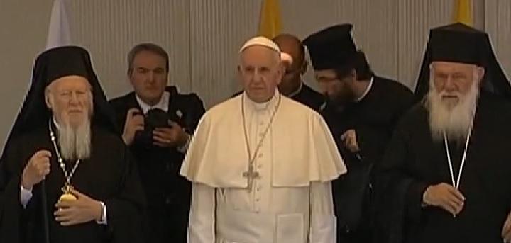 PAPA FRANJO NA LEZBOSU: Ovo je božji dar - rekla je žena kad je Papa odlučio sa sobom povesti 12 izbjeglica