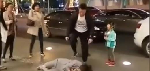 VIDEO: NASILJE NA ULICI - Divljački tukao ženu pred kćerkom i vikao da ga vara