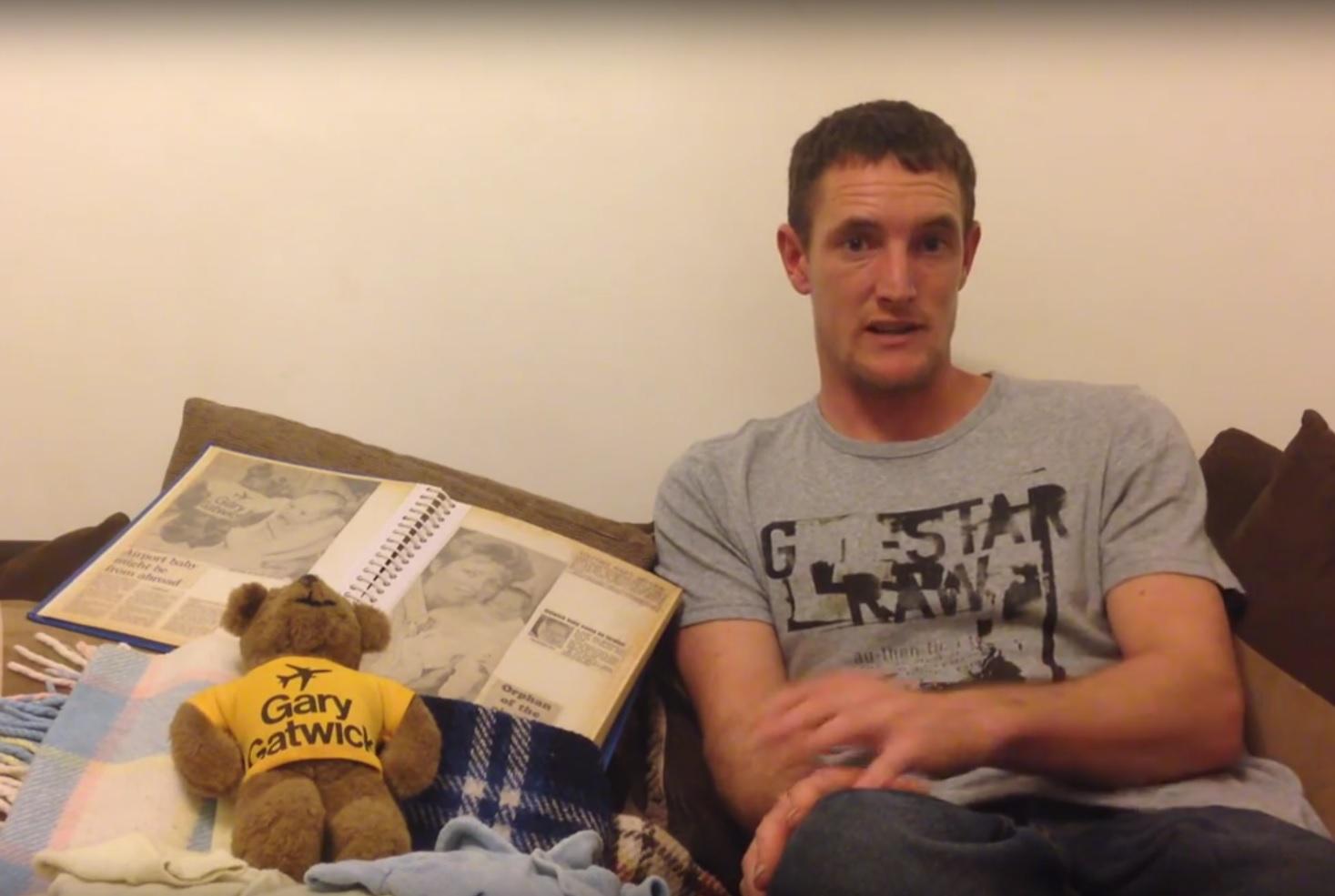 VIDEO: OSTAVLJEN PRIJE 30 GODINA - Našli ga u zahodu zračne luke - moli da mu se jave roditelji