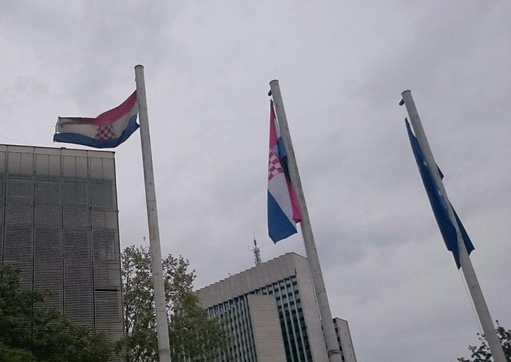 IGRE ZASTAVAMA: Ispred Ministarstva branitelja zastava je Herceg-Bosne - MUP-u ništa sporno!?