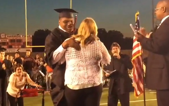VIDEO: PRIKOVAN ZA KOLICA - Rekao je da neće uzeti diplomu u kolicima i uspio!