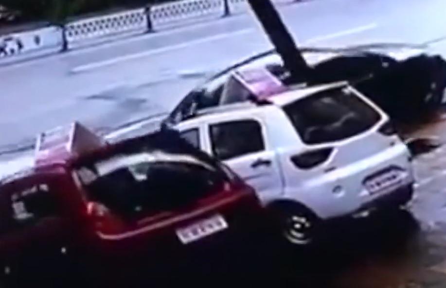 """VIDEO: NESTALI U KRATERU - Nasred glavne ulice nekoliko je automobila nestalo u """"rupi"""""""