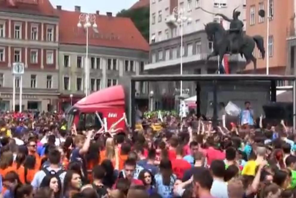 VIDEO: POČINJE NORIJADA - Maturanti s Trga bana Jelačića idu prema Bundeku