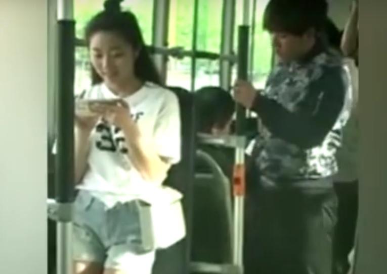 VIDEO: OBRAČUN - Pogledajte kako je mlada dama sredila džeparoša