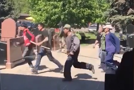 VIDEO: OBRAČUN NA GROBLJU - Tri mrtva i dvadesetak ozlijeđenih u tučnjavi čak 400 muškaraca