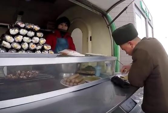 VIDEO: SIROMAŠTVO - Pogledajte ponudu hrane na kioscima Pjongjanga