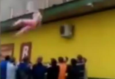 VIDEO: SKOK U ŽIVOT - S najvišeg kata zgrade koja je gorjela skakali u trampolin od ruku