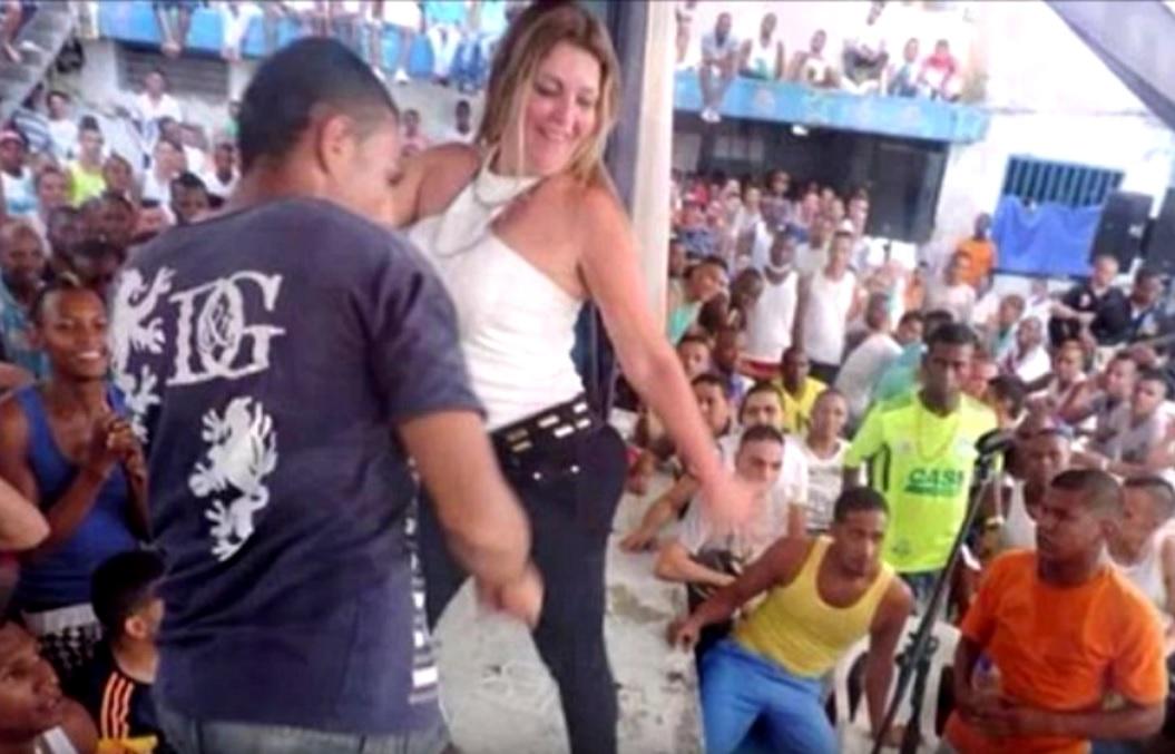 VIDEO: I TO JE MOGUĆE - Plavokosa šefica zatvora plesala sa svojim zatvorenicima