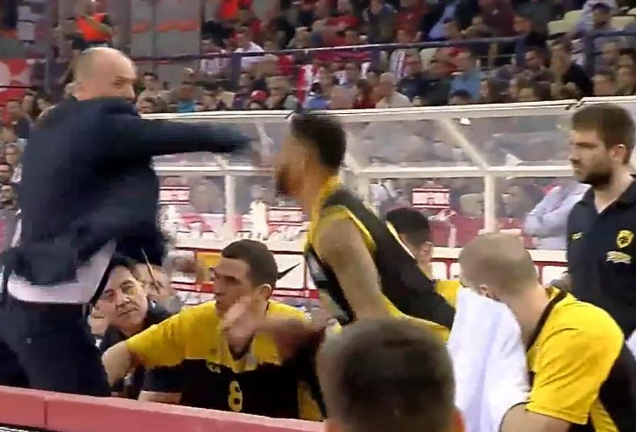 VIDEO: INCIDENT - Pogledajte kako je trener AEK-a Zdovc napao svog igrača Greena