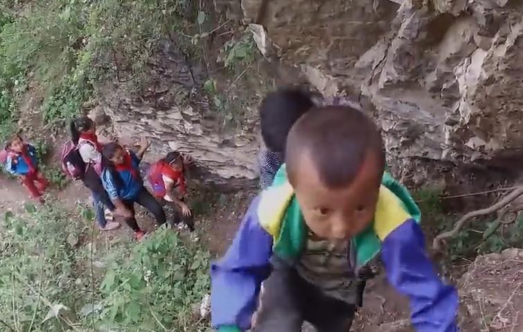 VIDEO: HOD SMRTI - Djeca na putu do škole sa 1.400 metara visoke litice