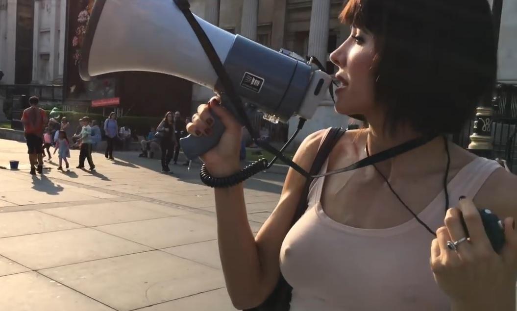"""VIDEO: URNEBESNO - Umjetnica pozivala dobrovoljce da joj diraju grudi i """"onu stvar"""""""