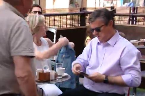 KAVA PRIJE BURE: Premijer Orešković ispijao kavu s obitelji - nije davao izjave