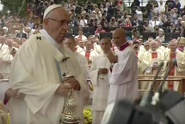 VIDEO: NEZGODAN PAD - Prilikom obavljanja mise Papa Franjo zakoračio i - pao!