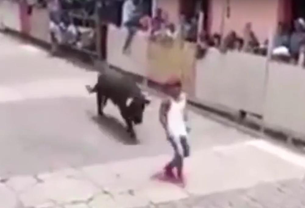 VIDEO: JEZIVI TRENUTAK - Želio pretrčati ulicu, ali nije vidio drugog bika