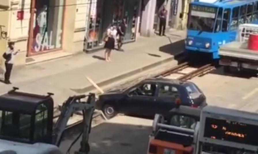 """VIDEO: TVRDOGLAVOST - Nije mogao u dvorište, a onda je """"smislio"""" - pogledajte"""
