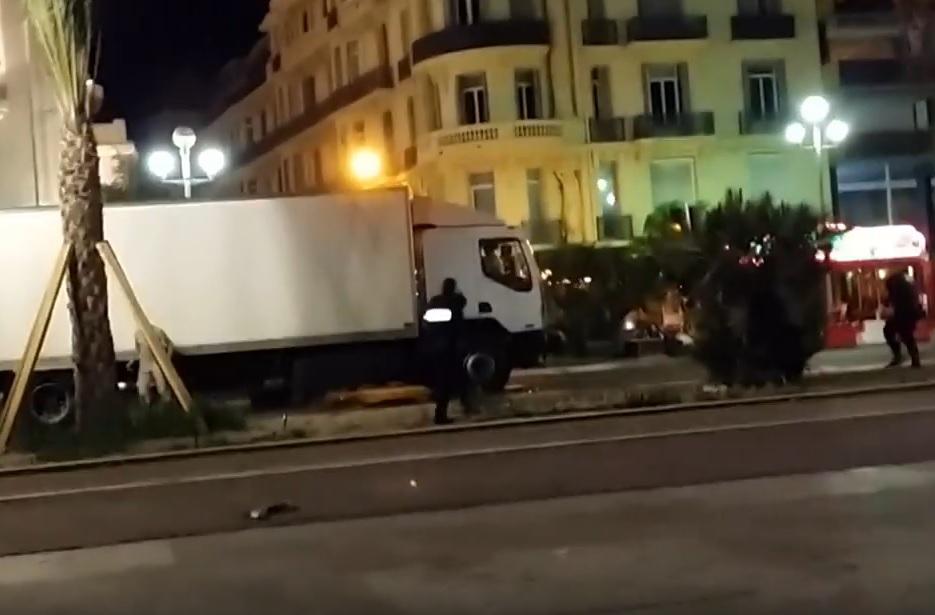 VIDEO: PUCNJI U MONSTRUMA - Ovo je trenutak kada su policajci ustrijelili teroristu