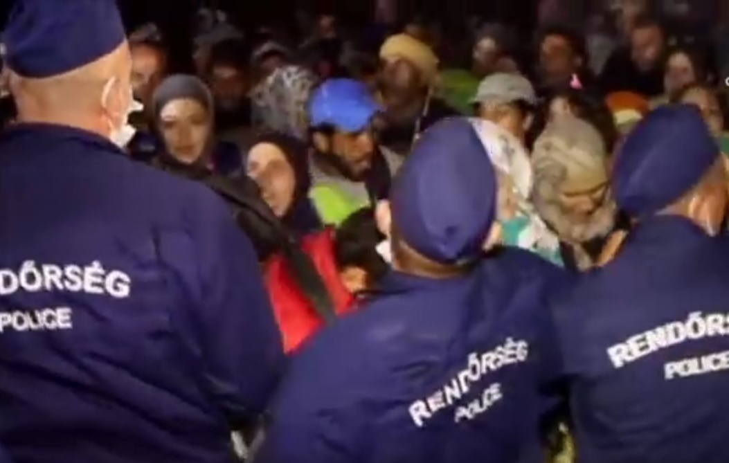 """IMAJU SVOJA """"PRAVILA"""": Mađari migrante mlate i vraćaju u Srbiju kroz rupe u bodljikavoj žici"""