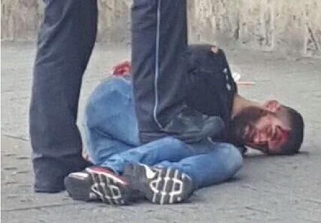 VIDEO: OVO JE NAPADAČ S MAČETOM - Nakon što je sirijski azilant (21) ubio ženu, oborio ga vozač u BMW-u