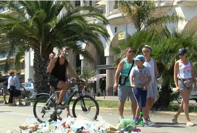 VIDEO: SMEĆE ZA UBOJICU - Građani Nice bacaju ga na mjesto na kojem je ubijen terorist Bouhlel