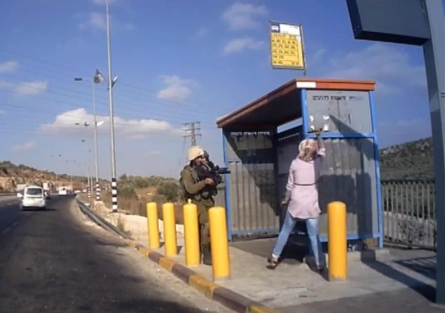 VIDEO: UZNEMIRUJUĆE - Vojnici pucali na Palestinku koja ih je napala nožem