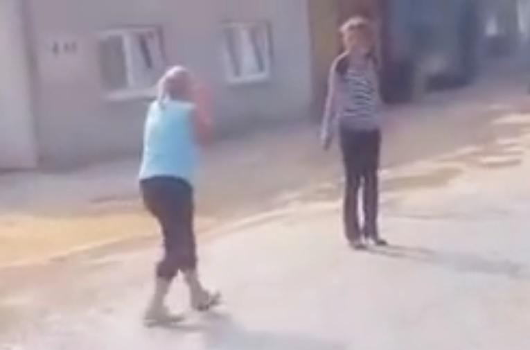 VIDEO: URNEBESNO - Pogledajte kako su se verbalno častile dvije vozačice